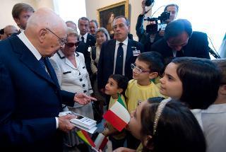 """Il Presidente Giorgio Napolitano saluta alcuni ragazzi della scuola italiana """"Aldo Moro"""" di Bucarest, al termine della visita al Mueso Nazionale d'Arte"""