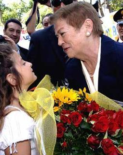 La Signora Clio, consorte del Presidente Giorgio Napolitano, all'arrivo nell'isola, in occasione del Convegno per il XX Anniversario della scomparsa di Altiero Spinelli.