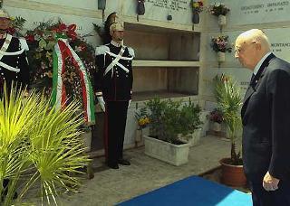 Il Presidente Giorgio Napolitano rende ommaggio alla tomba di Altiero Spinelli in occasione del Convegno per il XX Anniversario della scomparsa.