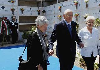 Il Presidente Giorgio Napolitano con Barbara Spinelli e Renata Colorni, subito dopo aver reso omaggio alla tomba di Altiero Spinelli nel XX Annivesario della scomparsa.