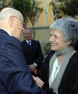 Il Presidente Giorgio Napolitano saluta la figia di Altiero Spinelli, Barbara, al convegno nel XX Anniversario della scomparsa.