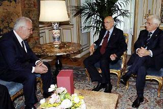Il Presidente Giorgio Napolitano, a fianco il Segretario generale del Quirinale Marra, durante l'incontro con Annibale Marini, Presidente della Corte costituzionale.