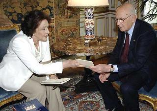 Il Presidente Giorgio Napolitano consegna a Donna Vittoria Leone una copia del discorso rivolto al Parlamento in seduta comune, nel giorno del suo insediamento.