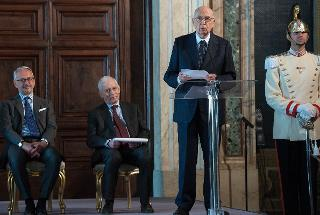 Il Presidente Giorgio Napolitano, con a fianco il Presidente della Scuola Superiore della Magistratura Valerio Onida e il Vice Presidente del CSM Michele Vietti, rivolge il suo indirizzo di saluto ai Magistrati ordinari in tirocinio