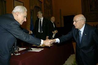 """Il Presidente Giorgio Napolitano saluta il Prof. Pietro Scoppola, Relatore del Convegno di Studi """"Le origini della Repubblica e il processo costituente"""""""