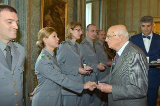 Il Presidente Giorgio Napolitano durante la consegna di una medaglia ricordo agli Allievi degli Istituti di formazione del Corpo Forestale dello Stato per il 191° anniversario di fondazione