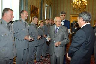 Il Presidente Giorgio Napolitano in un momento della consegna di medaglie ricordo agli Allievi degli Istituti di formazione del Corpo Forestale dello Stato per il 191° anniversario di fondazione