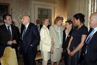 Il Presidente Giorgio Napolitano con il Presidente del Consiglio Romano Prodi, i familiari dell'On. Luciano Lama, Rossella Lora e Claudia con la Signora Clio Napolitano ed il Presidente della Camera Fausto Bertinotti