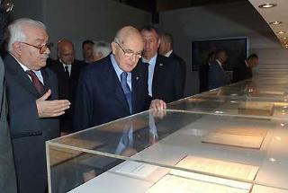 """Il Presidente Giorgio Napolitano con il Prof. Giuseppe Galasso, durante l'inaugurazione della Mostra """"L'Italia: Paesaggio e Territorio"""", nell'ambito dell'iniziativa """"Le Radici della Nazione""""."""