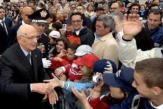 Il Presidente Giorgio Napolitano tra la gente, al termine della cerimonia solenne del cambio della Guardia da parte del Reggimento Corazzieri