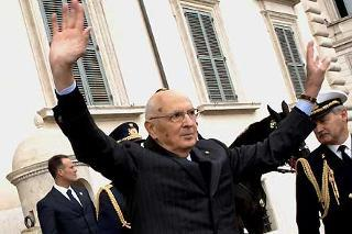 Il Presidente Giorgio Napolitano sul Piazzale del Quirinale, risponde al saluto dei presenti, in occasione del solenne cambio della guardia del Reggimento Corazzieri
