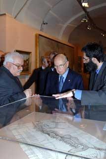 """Il Presidente Giorgio Napolitano con il Prof. Giuseppe Galasso (a sinistra) e il Dott. Marco Pizzo, in un momento dell'inaugurazione della Mostra """"L'Italia: Paesaggio e Territorio"""", nell'ambito dell'iniziativa """"Le Radici della Nazione"""""""