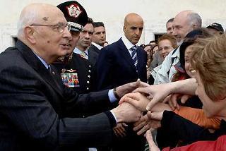 Il Presidente Giorgio Napolitano tra la gente al termine della solenne cerimonia del cambio della Guardia da parte del Reggimento Corazzieri