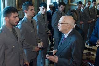 Il Presidente Giorgio Napolitano con una rappresentanza di Allievi degli Istituti di formazione del Corpo Forestale dello Stato, in occasione del 192° anniversario di fondazione