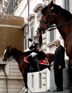 Il Presidente Giorgio Napolitano mentre assiste alla solenne cerimonia del cambio della Guardia da parte del Reggimento Corazzieri