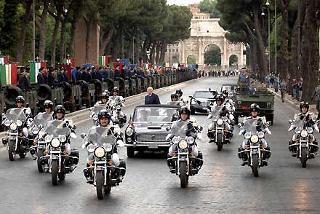 Il Presidente Giorgio Napolitano passa in rassegna lo schieramento, in occasione della Festa Nazionale della Repubblica