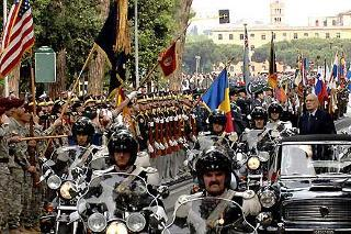 Il Presidente Giorgio Napolitano passa in rassegna gli schieramenti su via delle Terme di Caracalla, in occasione della Festa Nazionale della Repubblica
