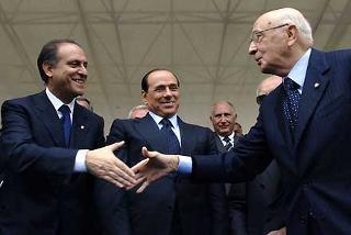 Il Presidente Giorgio Napolitano con gli On. Lorenzo Cesa e Silvio Berlusconi, al termine della rassegna militare per la Festa Nazionale della Repubblica