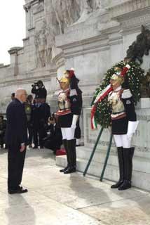 Il Presidente Giorgio Napolitano si sofferma sulla Tomba del Milite Ignoto dopo aver deposto una corona d'alloro in occasione della Festa Nazionale della Repubblica