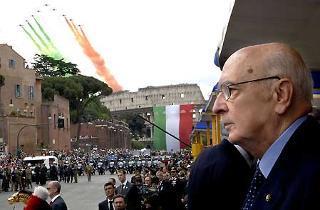 Il Presidente Giorgio Napolitano assiste al passaggio delle Frecce Tricolori su via dei Fori Imperiali al termine della Parata militare per la Festa Nazionale della Repubblica