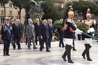 Il Presidente Giorgio Napolitano ascende la Scalea del Vittoriano per deporre una corona d'alloro sulla Tomba del Milite Ignoto in occasione della Festa Nazionale della Repubblica