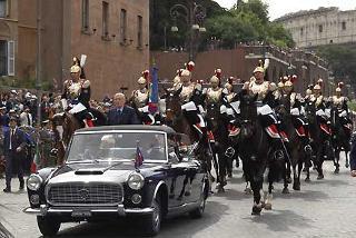 Il Presidente Giorgio Napolitano giunge su via dei Fori Imperiali, scortato dai Corazzieri, stamane 2 giugno 2006, per la Parata Militare in occasione della Festa Nazionale della Repubblica