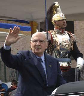 Il Presidente Giorgio Napolitano su via dei Fori Imperiali in occasione della Festa Nazionale della Repubblica, risponde al saluto della gente