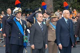 Il Presidente Giorgio Napolitano con il Ministro della Difesa Arturo Parisi, poco prima di deporre una corona d'alloro sulla Tomba del Milite Ignoto in occasione della Festa Nazionale della Repubblica