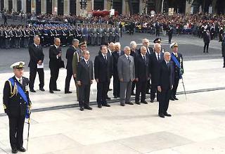 Il Presidente Giorgio Napolitano assiste all'alzabandiera, poco prima di ascendere la Scalea del Vittoriano per deporre una corona d'alloro sulla Tomba del Milite Ignotoin occasione della Festa Nazionale della Repubblica