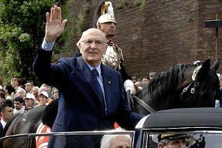 Il Presidente Giorgio Napolitano risponde al saluto della gente su via dei Fori Imperiali in occasione della Festa Nazionale della Repubblica