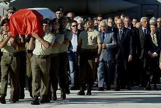 Il Presidente Giorgio Napolitano con la moglie Clio, il Presidente del Consiglio Romano Prodi ed i familiari di Alessandro Pibiri seguono il feretro del giovane ucciso a Nassiriya