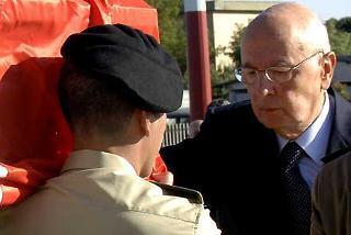 Il Presidente Giorgio Napolitano accarezza la bara di Alessandro Pibiri il giovane militare della Brigata Sassari ucciso a Nassiriya, all'arrivo all'Aeroporto di Ciampino