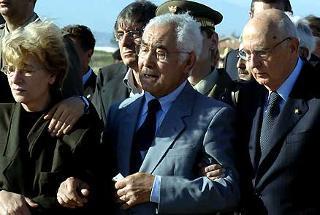 Il conforto del Presidente della Repubblica Giorgio Napolitano ai genitori di Alessandro Pibiri, il giovane militare ucciso a Nassiriya all'arrivo all'Aeroporto di Ciampino