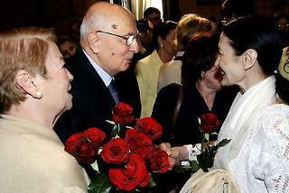 Il Presidente Giorgio Napolitano, la moglie Clio con un fascio di rose rosse dono di Carla Fracci, al termine della cerimonia celebrativa del 60° anniversario dell'estensione del diritto di voto alle donne, con l'emissione di un francobollo celebrativo dedicato a Nilde Iotti