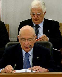 Il Presidente Giorgio Napolitano, nella foto con il Segretario generale del Quirinale Donato Marra, durante il suo intervento al CSM