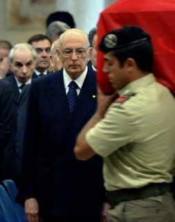 Il Presidente Giorgio Napolitano, ai funerali solenni del Caporal Maggiore Scelto Alessandro Pibiri, caduto a seguito dell'attentato in Iraq