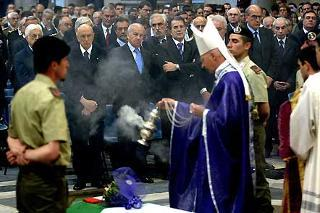 Il Presidente Giorgio Napolitano, nella foto con il Presidente della Camera Fausto Bertinotti ed il Presidente del Consiglio Romano Prodi al termine dei funerali del giovane Alessandro Pibiri caduto in Iraq