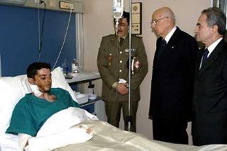 Il Presidente Giorgio Napolitano, accompagnato dal Ministro della Difesa Arturo Parisi durante la visita a Manuel Pilia, uno dei militari feriti nel recente attentato in Iraq