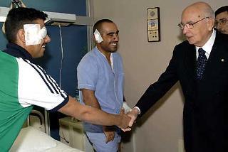 Il Presidente Giorgio Napolitano saluta i militari della Folgore Fulvio Concas e Yari Contu in occasione della visita all'Ospedale del Celio