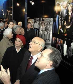 Il Presidente Giorgio Napolitano con la moglie Clio ed il curatore della Mostra su Gianni Agnelli, Marcello Sorgi, al Vittoriano, durante l'inagurazione.