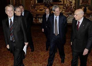 """Il Presidente Giorgio Napolitano, nella foto con il Ministro Gentiloni ed Alberto Contri, Presidente di Pubblicità e Progresso, in occasione della presentazione della """"Campagna per la sicurezza sul lavoro."""