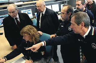 Il Presidente Giorgio Napolitano, nella foto con il Ministro dell'Interno Giuliano Amato, visita il settore Centro funzionale della Protezione Civile, illustrato dal Presidente Guido Bertolaso e dall'Ing. De Bernardinis