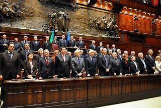 Un momento della cerimonia nell'Aula di Montecitorio, durante l'esecuzione dell'Inno Nazionale, in occasione della Seduta comune del Parlamento per la celebrazione del 60° anniversario della Costituzione