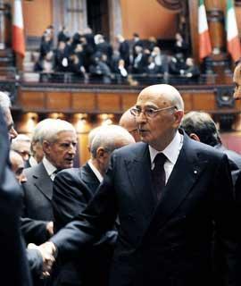 Il Presidente Giorgio Napolitano nell'Aula del Parlamento al termine del suo intervento in occasione della cerimonia di celebrazione del 60°Anniversario della Costituzione
