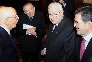 Il Presidente Giorgio Napolitano con il Presidente Emerito della Repubblica, Francesco Cossiga, il Senatore a Vita, Giulio Andreotti ed il Presidente del Consiglio Romano Prodi, in occasione del 60°Anniversario della Costituzione