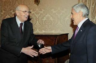 Il Presidente Giorgio Napolitano accoglie il Presidente del Senato, Franco Marini, nel suo studio alla Vetrata