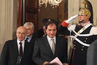 Il Presidente della Camera dei deputati Fausto Bertinotti lascia il Palazzo del Quirinale dopo il colloquio con il Presidente Giorgio Napolitano