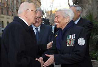 Il cordiale incontro del Presidente Giorgio Napolitano con la Signora Fanfani, all'arrivo all'Audutorium Fintecna per il convegno su i cento anni dalla nascita di Amintore Fanfani