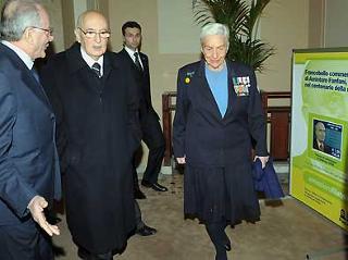 Il Presidente Giorgio Napolitano con la Signora Fanfani, al convegno per i cento anni dalla nascita di Amintore Fanfani. A destra il francobollo commemorativo dell'illustre uomo politico