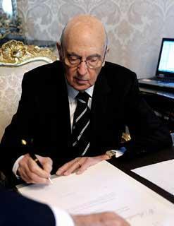 Il Presidente Giorgio Napolitano firma il Decreto di scioglimento delle Camere